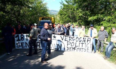 Fortore, gli operai forestali bloccano Ponte Setteluci